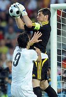 FUSSBALL EUROPAMEISTERSCHAFT 2008  Spanien - Italien    22.06.2008 Luca Toni (ITA, links) kommt gegen Iker Casillas (ESP) zu spaet.