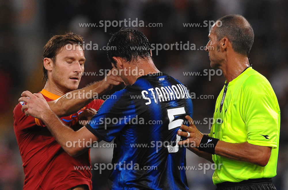 25.09.2010, Stadio Olim, Roma, ITA, Serie A, AS Rom vs Inter Mailand, im Bild Francesco totti, dejan stankovic e l'arbitro morganti.EXPA Pictures © 2010, PhotoCredit: EXPA/ InsideFoto/ Andrea Staccioli +++++ ATTENTION - FOR AUSTRIA AND SLOVENIA CLIENT ONLY +++++... / SPORTIDA PHOTO AGENCY