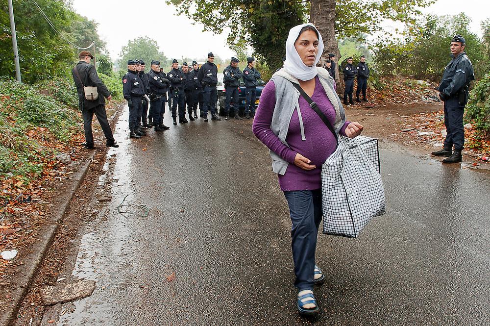 archief/illustatie<br /> 8 maand zwangere vrouw loopt in de regen na uitzetting van de 40 mensen een Roma-kamp in Villeneuve-le-Roi (Val-de-Marne). <br /> 11/09/2012<br /> <br /> Femme enceinte de 8 mois parte sous la pluie pendant l'expulsion de 40 personnes d'un camp Rom &agrave; Villeneuve-le-Roi (Val-de-Marne).
