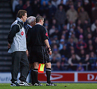 Fotball<br /> England 2004/22005<br /> Foto: SBI/Digitalsport<br /> NORWAY ONLY<br /> <br /> Portsmouth v Blackburn Rovers<br /> 15/1/2005<br /> Barclays Premiership<br /> <br /> Referee Andy D'Urso talks with linesman P. Kirkup and fourth official P. Taylor. Moments later D'Urso sent off Portsmouth's Lua Lua