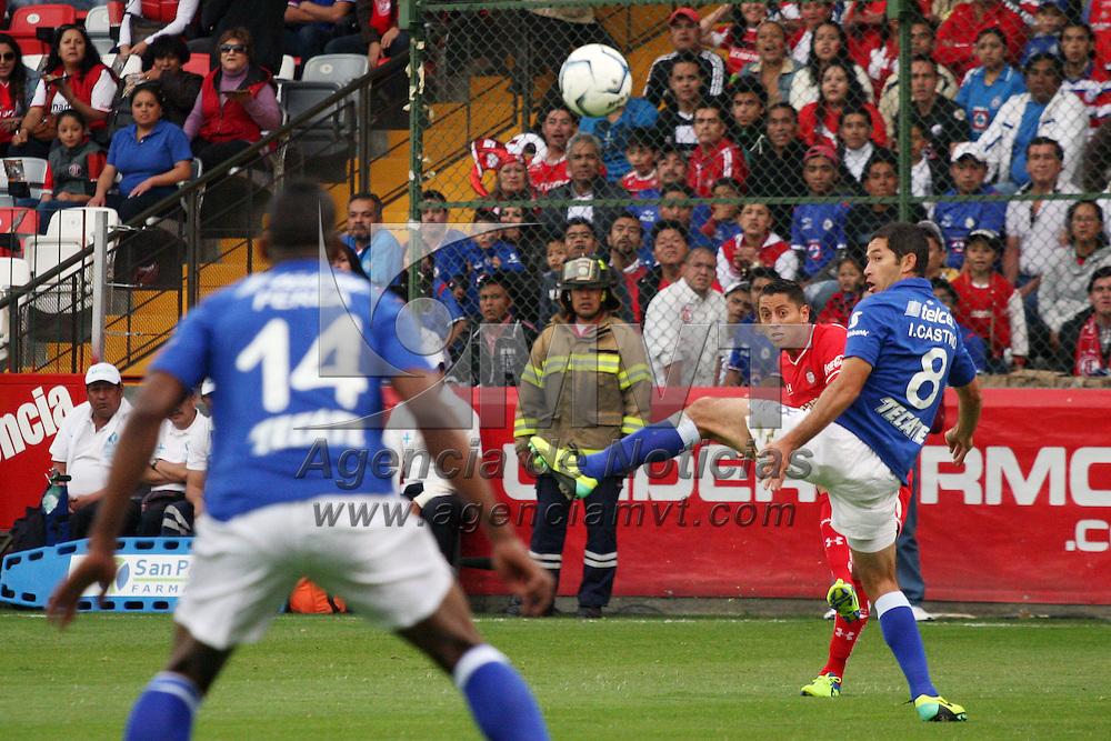 TOLUCA, México.- Carlos Esquivel e Israel Castro disputan el esferico donde los Diablos Rojos derrotaron 3-0 a la Máquina de Cruz Azul, y tiene pie y medio en las semifinales del Apertura 2013. Agencia MVT / José Hernández. (DIGITAL)