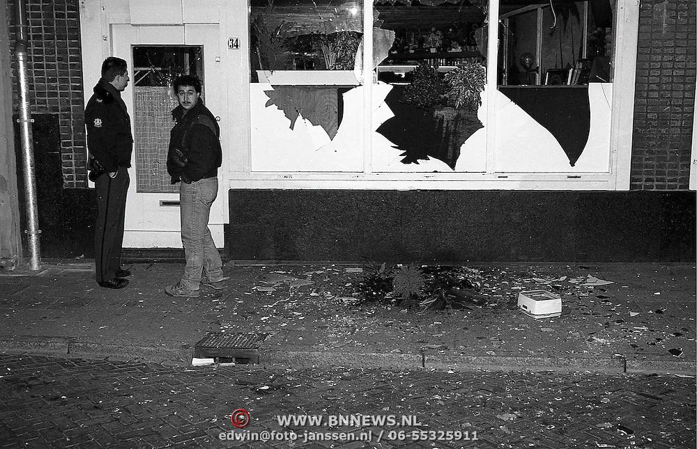 NLD/Hilversum/19910105 - Bomaanslag Turks koffiehuis Rif Leeuwestraat Hilversum met een handgranaat, eigenaar komt een kijkje nemen
