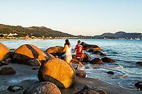Costão rochoso na Praia de Ponta das Canas. Florianópolis, Santa Catarina, Brasil. / Rocky shore at Ponta das Canas Beach. Florianopolis, Santa Catarina, Brazil.