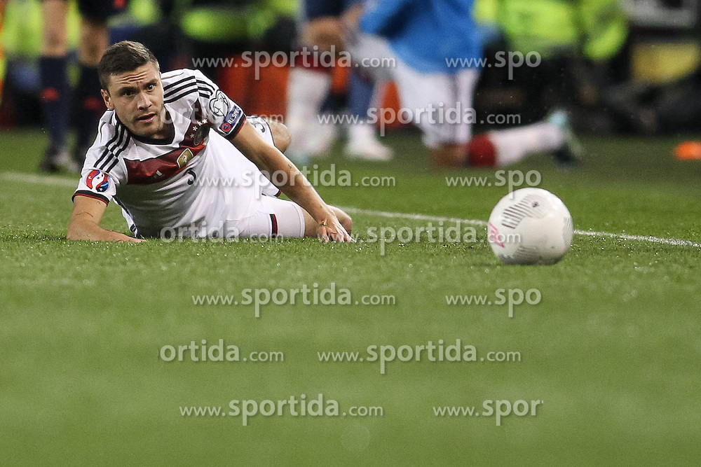 08.10.2015, Avia Stadium, Dublin, IRL, UEFA Euro Qualifikation, Irland vs Deutschland, Gruppe D, im Bild Jonas Hector (1. FC Koeln #3) am Boden // during the UEFA EURO 2016 qualifier group D match between Ireland and Germany at the Avia Stadium in Dublin, Ireland on 2015/10/08. EXPA Pictures &copy; 2015, PhotoCredit: EXPA/ Eibner-Pressefoto/ Risto Bozovic<br /> <br /> *****ATTENTION - OUT of GER*****