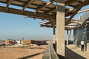 ABU DHABI, EMIRATS ARABES UNIS - 20 JANVIER 2016: Vue aérienne de Masdar City depuis le toit de l'Agence Internationale de l'Energie Renouvlable (IRENA). Une fois le projet complété, Masdar City devrait s'étendre sur 6 kilomètres carrés et accueillir 45000 personnes.
