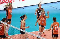 03-10-2015 NED: Volleyball European Championship Semi Final Nederland - Turkije, Rotterdam<br /> Nederland verslaat Turkije in de halve finale met ruime cijfers 3-0 / Team Nederland plaatst zich voor de finale met Laura Dijkema #14, Lonneke Sloetjes #10, Debby Stam-Pilon #16