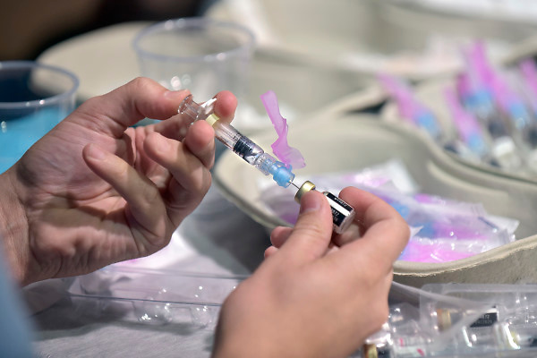 Nederland, Nijmegen, 11-10-2018,De GGD gelderland zuid houdt een inentingscampagne voor jongeren tegen de meningokokkenbacterie en baarmoederhalskanker bij meisjes, jonge vrouwen.Foto: Flip Franssen