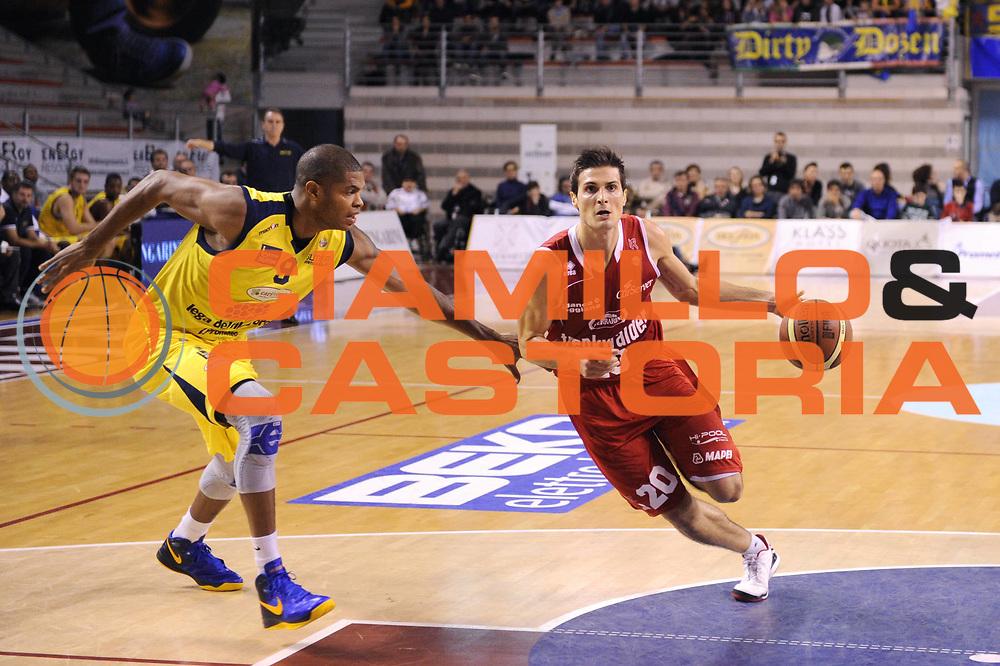 DESCRIZIONE : Ancona Lega A 2012-13 Sutor Montegranaro Trenkwalder Reggio Emilia<br /> GIOCATORE : Andrea Cinciarini<br /> CATEGORIA : palleggio penetrazione<br /> SQUADRA : Trenkwalder Reggio Emilia<br /> EVENTO : Campionato Lega A 2012-2013 <br /> GARA : Sutor Montegranaro Trenkwalder Reggio Emilia<br /> DATA : 11/11/2012<br /> SPORT : Pallacanestro <br /> AUTORE : Agenzia Ciamillo-Castoria/C.De Massis<br /> Galleria : Lega Basket A 2012-2013  <br /> Fotonotizia : Ancona Lega A 2012-13 Sutor Montegranaro Trenkwalder Reggio Emilia<br /> Predefinita :