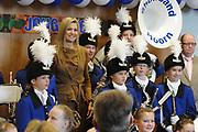 Prinses Maxima bezoekt de Show Band Hoorn. De showband is opgericht in 2011 om basisschoolleerlingen kennis te laten maken met muziek. De band werd hierbij ge&iuml;nspireerd door M&aacute;xima, tijdens het programma Kinderen Maken Muziek, ter gelegenheid van haar veertigste verjaardag. <br /> <br /> Princess Maxima visits the Show Band Horn. The show band was founded in 2011 to make do with music. Elementary school students learn The band was inspired by this M&aacute;xima, during the program Children Making Music on the occasion of its fortieth anniversary.<br /> <br /> Op de foto / On the photo:  Prinses Maxima met leden van de Showband  // <br /> Princess Maxima with members of the Showband