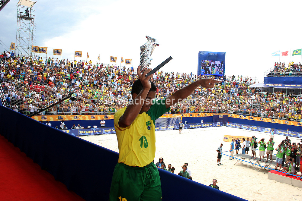 Footbal-FIFA Beach Soccer World Cup 2006 - Final- BRA xURU -Benjamin receives the shoes from silver -Rio de Janeiro- Brazil - 12/11/2006.<br />