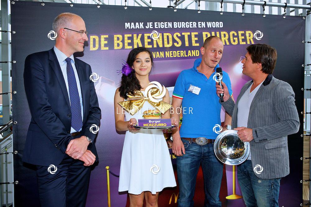 ZAANDAM - In een McDonalds Restaurant te Zaandam zijn de drie finalisten bekend gemaakt voor De Bekendste Burger van Nederland.  Met op de foto Roel van der Marck en zijn McAzzurro burger. FOTO LEVIN DEN BOER - PERSFOTO.NU