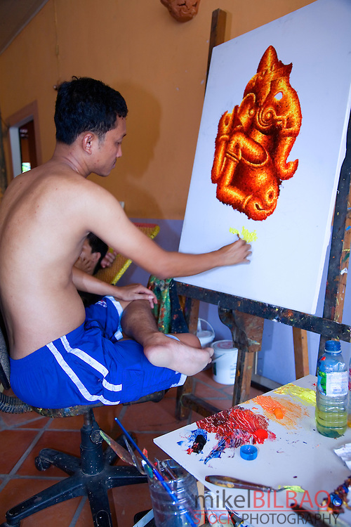 local artist painting a canvas. Siem Reap, Camboya, Asia