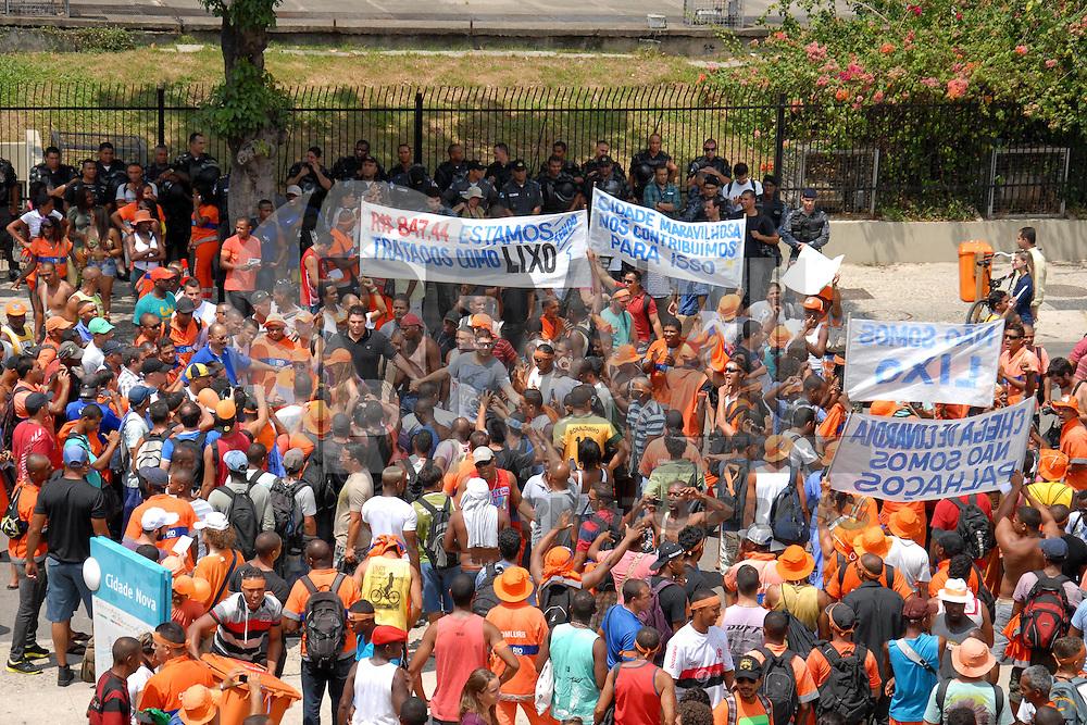 RIO DE JANEIRO,RJ,O7.03.2014- GREVE DOS GARIS NO CENTRO DO RIO- Garis realizaram um protesto na Prefeitura do Rio nesta manhã. Os profissionais da Comlurb reivindicam melhores salários e qualidade de trabalho. SANDROVOX/BRAZILPHOTOPRESS