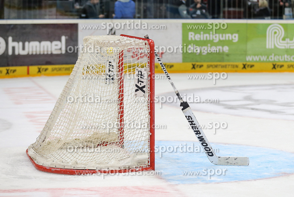 25.09.2015, Lanxess Arena, Koeln, GER, DEL, Koelner Haie vs Straubing Tigers, 5. Runde, im Bild vl. Leeres Tor, Symbolbild // during the German DEL Icehockey League 5th round match between Koelner Haie and Straubing Tigers at the Lanxess Arena in Koeln, Germany on 2015/09/25. EXPA Pictures &copy; 2015, PhotoCredit: EXPA/ Eibner-Pressefoto/ Horn<br /> <br /> *****ATTENTION - OUT of GER*****