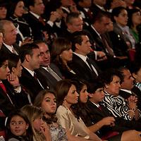 TOLUCA, Mexico.- Angelica Rivera, pareja sentimental de Enrique Peña Nieto y sus hijos, durante la lectura del mensaje por el V Informe del gobernador del Estado de Mexico en el teatro Morelos de esta ciudad. Agencia MVT / Mario Vazquez de la Torre. (DIGITAL)