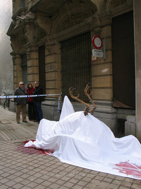 A dead bird on the shopping street Meir in the city center of Antwerp. An installation/art piece by artist Benjamin Verdonck who is performing thought provocking pieces all over the city for an entire year. Antwerp, Belgium, 2009