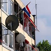 Vlag halfstok nav moord Pim Fortuyn Harderwijk tussen ontvangstschotels