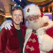 NLD/Amsterdam/20191206 - Sky Radio's Christmas Tree For Charity 2019, Lex Uiting met de kerstman