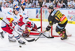 31.03.2019, Eisarena, Salzburg, AUT, EBEL, EC Red Bull Salzburg vs Vienna Capitals, Halbfinale, 2. Spiel, im Bild v.l.: William Oneill (EC Red Bull Salzburg), Dominique Heinrich (EC Red Bull Salzburg), Christopher DeSousa (Vienna Capitals) // during the Erste Bank Icehockey 2nd semifinal match between EC Red Bull Salzburg vs Vienna Capitals at the Eisarena in Salzburg, Austria on 2019/03/31. EXPA Pictures © 2019, PhotoCredit: EXPA/ JFK