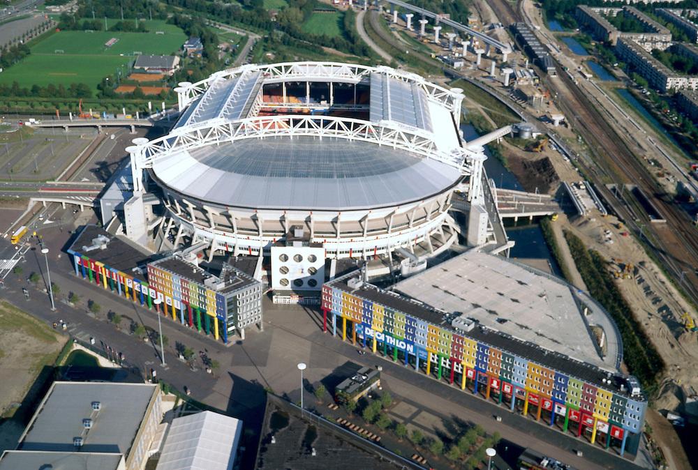 Nederland, Amsterdam-Zuidoost, Arenaboulevard, 25-09-2002; gebied rond Amsterdam Arena; boven (en rechts van) stadion aanleg Utrechtboog (directe spoorlijn Schiphol - Utrecht), de boulevard met sportkledingwinkels loopt diagonaal, planologie, stadsontwikkeling, .voetbal, Ajax, Transferium (onder stadion), openbaar vervoer; zie ook andere foto's van deze lokatie;<br /> luchtfoto (toeslag), aerial photo (additional fee)<br /> foto /photo Siebe Swart