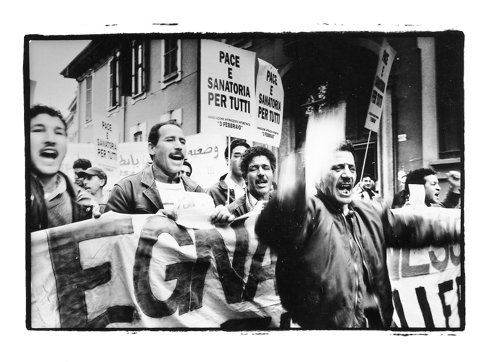 Immigrazione a Legnano (Milano). Area ex Cantoni. 2002. Manifestazione per  diritti dei migranti. 16 marzo 2002.
