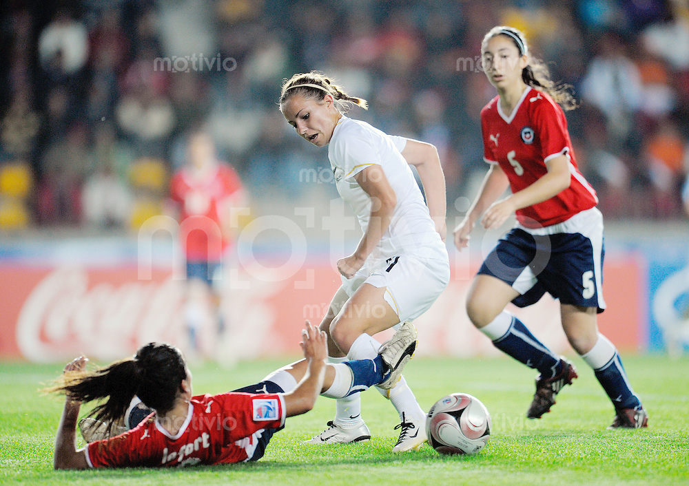 Fussball Frauen FIFA U 20  Weltmeisterschaft 2008    22.11.2008 Chile - Neuseeland     Chile - New Zealand Valentina LEFORT (unten, CHI) im Zweikampf mit  Hannah WALL (re, NZL).