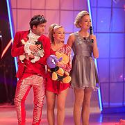 NLD/Hilversum/20130126 - 5e Liveshow Sterren Dansen op het IJs 2013, Paul Turner en schaatspartner Scarlett Rouzet en Tess Milne