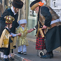 JERUSALEM - MARS 09 : Ultra Orthodox man give presents to a children during Purim in Mea Shearim Jerusalem on Mars 09 2012 , Giving presents to children is a tradition of Purim