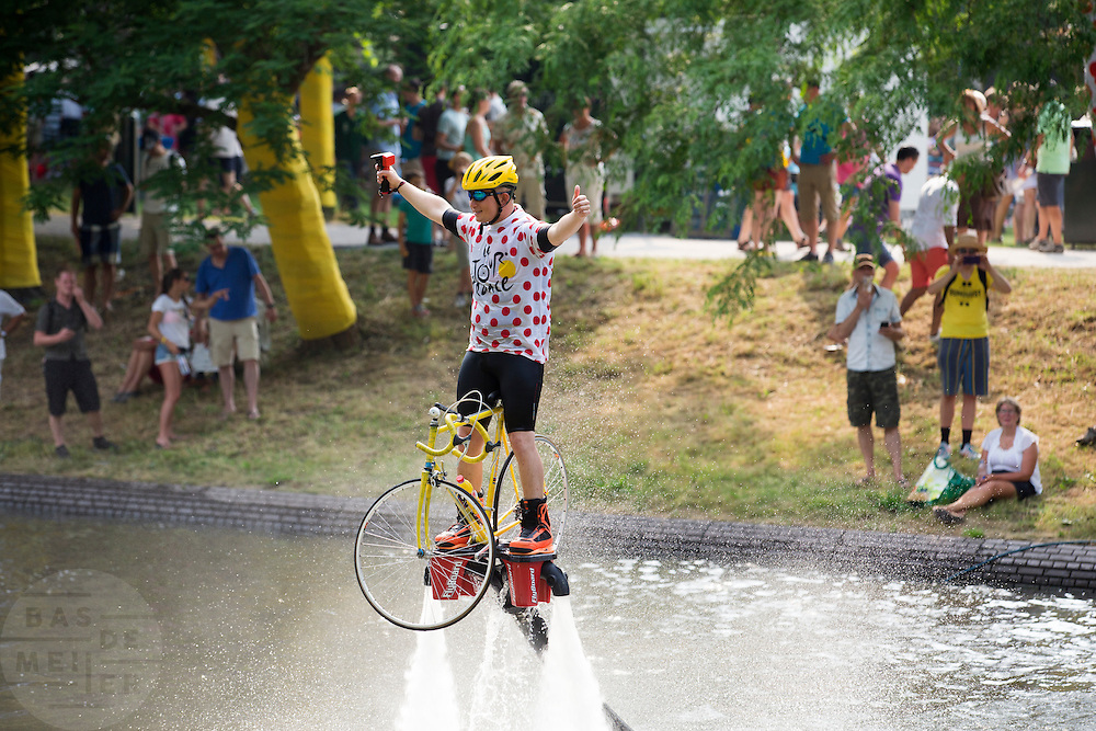Een man op een speciale water jetpack met een fiets vertoont zijn kunsten. In Utrecht vindt met de presentatie van de renners het eerste officiële deel plaats van de Grand Depart. Op 4 juli start de Tour de France in Utrecht met een tijdrit. De dag daarna vertrekken de wielrenners vanuit de Domstad richting Zeeland. Het is voor het eerst dat de Tour in Utrecht start.<br /> <br /> In Utrecht the riders present themselves as the first official moment of the Grand Depart . On July 4 the Tour de France starts in Utrecht with a time trial. The next day the riders depart from the cathedral city direction Zealand. It is the first time that the Tour starts in Utrecht.
