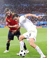 FUSSBALL EUROPAMEISTERSCHAFT 2008  Spanien - Italien    22.06.2008 Carles Puyol (ESP, links) gegen Luca Toni (ITA).
