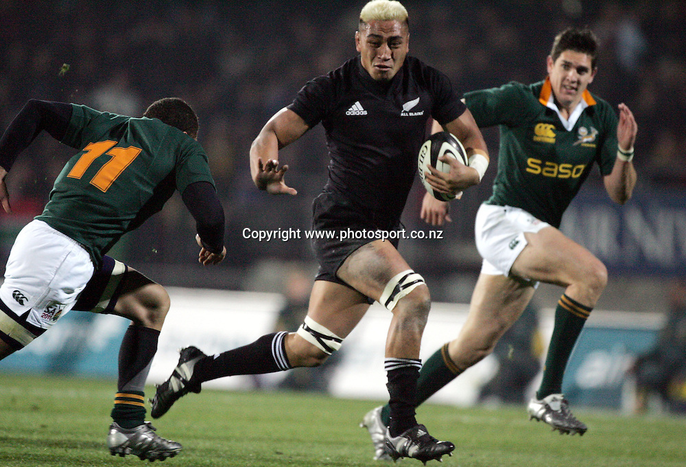 All Black flanker Jerry Collins in action during the Tri Nations rugby test match between the All Blacks and South Africa at Carisbrook in Dunedin, New Zealand on Saturday 27 August, 2005. The All Blacks won 31-27. Photo: Andrew Cornaga/PHOTOSPORT<br />