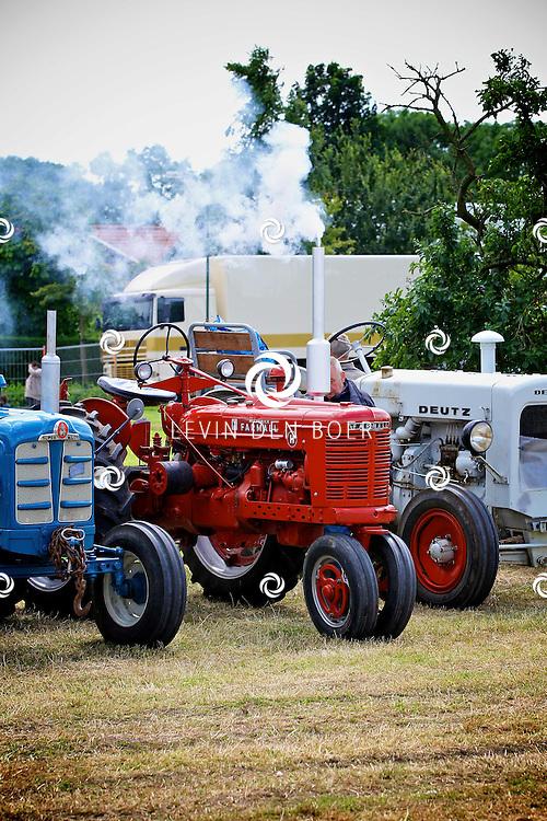 WELL - De jaarlijkse Traktortocht trok weer veel traktor liefhebbers naar Well. FOTO LEVIN DEN BOER - PERSFOTO.NU