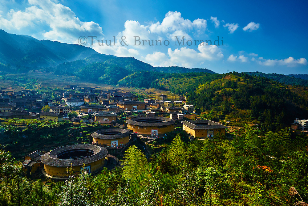 "Chine, Province du Fujian, village de Chuxi, maison forteresse en terre et en bois où logent les membres d'une meme famille de l'ethnie Hakka, inscrit au patrimoine mondial de l'Unesco // China, Fujian province, Chuxi village, Tulou mud house. well known as the Hakka Tulou region, in Fujian. In 2008, UNESCO granted the Tulou ""Apartments"" World Heritage Status, siting the buildings as exceptional examples of a building tradition and function exemplifying a particular type of communal living and defensive organization. The Fujian Tulou is ""the most extraordinary type of Chinese rural dwellings"" of the Hakka minority group and other people in the mountainous areas in southwestern Fujian."