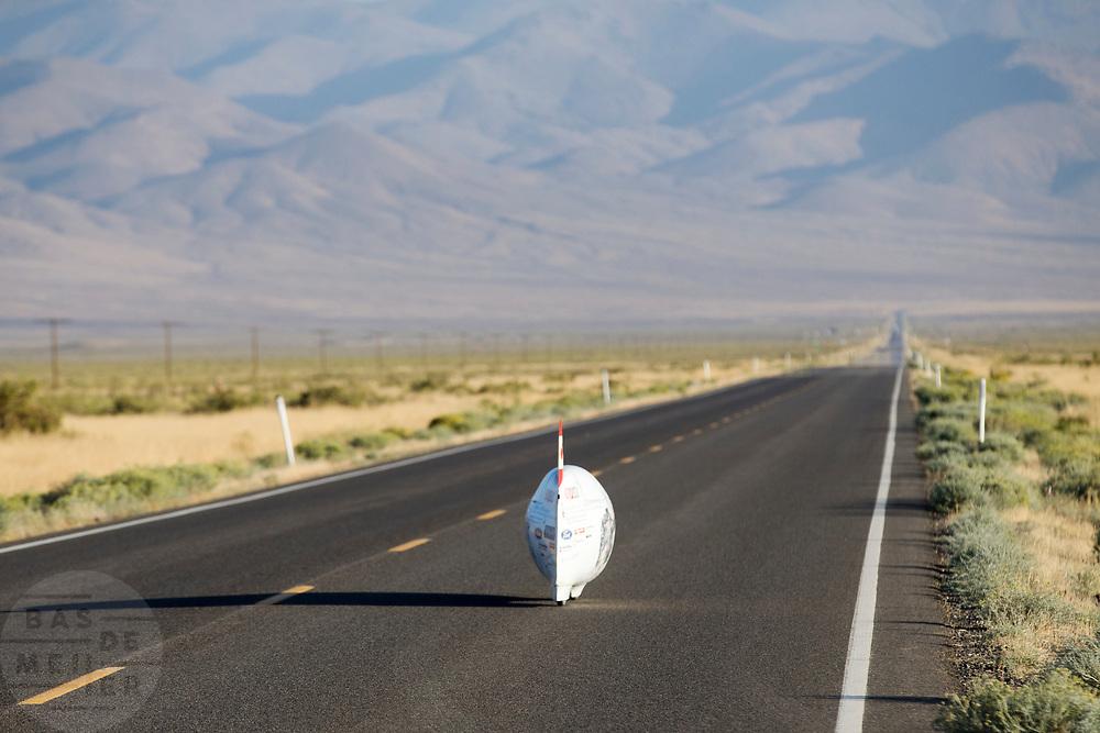 De Bluenose tijdens de kwalificaties op maandagmorgen. In Battle Mountain (Nevada) wordt ieder jaar de World Human Powered Speed Challenge gehouden. Tijdens deze wedstrijd wordt geprobeerd zo hard mogelijk te fietsen op pure menskracht. De deelnemers bestaan zowel uit teams van universiteiten als uit hobbyisten. Met de gestroomlijnde fietsen willen ze laten zien wat mogelijk is met menskracht.<br /> <br /> The qualification at Monday morning. In Battle Mountain (Nevada) each year the World Human Powered Speed ??Challenge is held. During this race they try to ride on pure manpower as hard as possible.The participants consist of both teams from universities and from hobbyists. With the sleek bikes they want to show what is possible with human power.