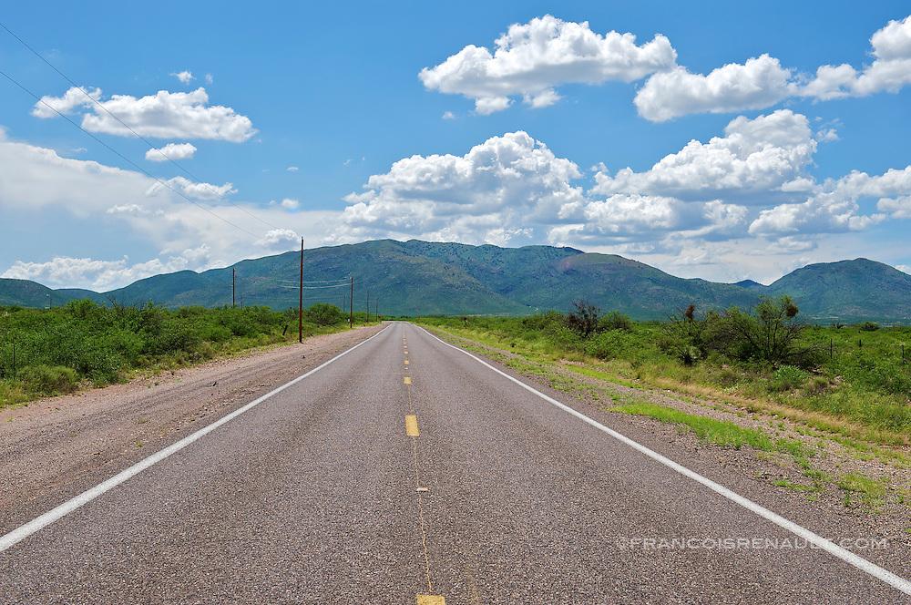 USA, Arizona. A straight road through the landscapes of Arizona, USA..Une route rectiligne traversant les paysages de l' Arizona, USA.