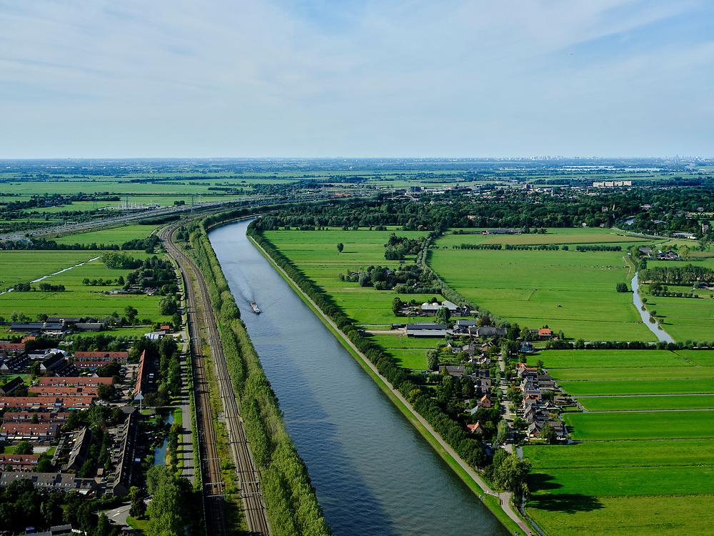 Nederland, Utrecht, Maarssen, 14-09-2019; Amsterdam-Rijnkanaal ter hoogte van Maarssen, gezien naar Amsterdam. Links de A2.<br /> Amsterdam-Rhine Canal at the height of Maarssen, seen to Amsterdam. On the left the A2.