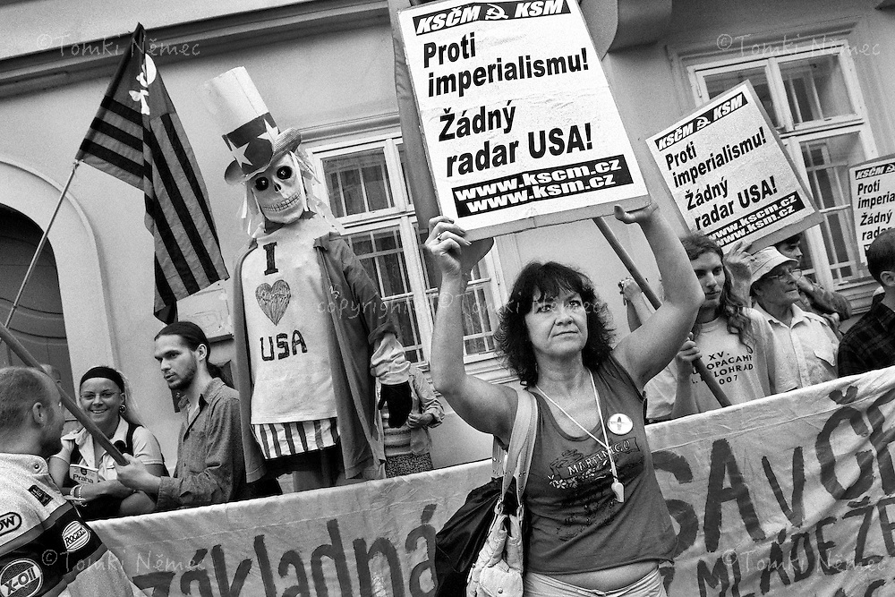 Demonstrace komunisticke mladeze za podpory KSCM jeden den pred priletem George Bushe do Ceske republiky. Demonstarce proti radaru na uzemi CR.