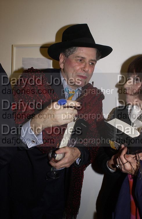 Bette Vourne and Fenella Fielding. Andrew Barrow book party, Redfern Gallery, London. 20 November 2002. © Copyright Photograph by Dafydd Jones 66 Stockwell Park Rd. London SW9 0DA Tel 020 7733 0108 www.dafjones.com