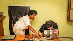 PORTO ALEGRE, RS, BRASIL, 21-01-2017, 12h21'03&quot;:  Desiree dos Santos, 32, discute um projeto com o f&iacute;sico e programador Vlademir PIana de Castro, 53, no espa&ccedil;o Matehackers Hackerspace, da Associa&ccedil;&atilde;o Cultural Vila Flores, no bairro Floresta da capital ga&uacute;cha. A  Consultora de Desenvolvimento de Software na empresa ThoughtWorks fala sobre as dificuldades enfrentadas por mulheres negras no mercado de trabalho.<br /> (Foto: Gustavo Roth / Ag&ecirc;ncia Preview) &copy; 21JAN17 Ag&ecirc;ncia Preview - Banco de Imagens