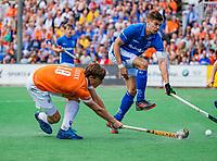 BLOEMENDAAL - Jorrit Croon (Bldaal) met Sander de Wijn (Kampong)    tijdens finale van de play-offs om de Nederlandse titel, Bloemendaal tegen titelhouder Kampong (1-2). Door de overwinning van Kampong volgt er zondag een derde wedstrijd.  COPYRIGHT KOEN SUYK