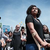 """Nederland, Amsterdam, 10 juli 2016<br /> Een paar honderd mensen zijn vanmiddag op de Dam in Amsterdam bijeen gekomen om in stilte te protesteren tegen het politiegeweld in Amerika. Onder de naam Black Lives Matter trok de stoet vervolgens door de stad.<br /> """"Mijn initiatief was om alleen op de Dam te gaan staan met een papiertje op mijn rug"""", vertelt initiatiefneemster Anna Hammond.""""Eniedereen die langs komt kon dan vragen aan mij stellen, en ik zou die vragen dan beantwoorden.""""<br /> """"Ik heb dat op mijn Facebook gepost, omdat ik dacht: ja misschien willen wel wat vrienden meedoen. En dat is viral gegaan. Ik had nooit gedacht dat er zo veel mensen op af zouden komen"""",zegt ze verrast.<br /> Op de foto: vooraan initiatiefneemster Anna Hammond. <br /> <br /> Netherlands, Amsterdam, July 10, 2016<br /> A few hundred people met this afternoon on the Dam in Amsterdam to protest silently against police violence in America. Under the name Black Lives Matter the procession continued through the city.""""My initiative was to just stand on the Dam with a piece of paper on my back,"""" says initiator Anna Hammond. """"And everyone who comes along could then ask me questions, and I would answer those questions.""""I've posted on my Facebook, because I thought, yeah maybe do want to join some friends and that went viral. I never thought that so many people would join,"""" She says surprised.<br /> In the photo: Iinitiator Anna Hammond.<br /> <br /> Foto: Jean-Pierre Jans"""