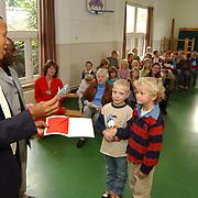 Wilhelminaschool huizen cheque overhandiging aan de St Shadrach Moloka