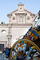 """Leverano (LE) - Sesta edizione della manifestazione culturale """"Note fiorite"""" che mira ad esaltare i maggiori siti storici di Leverano, spettacolarizzando la natura e utilizzandola per creare interesse nelle vie del centro storico. Un carretto colorato e addobbato con fiori è stato sistemato davanti alla Chiesa Matrice."""