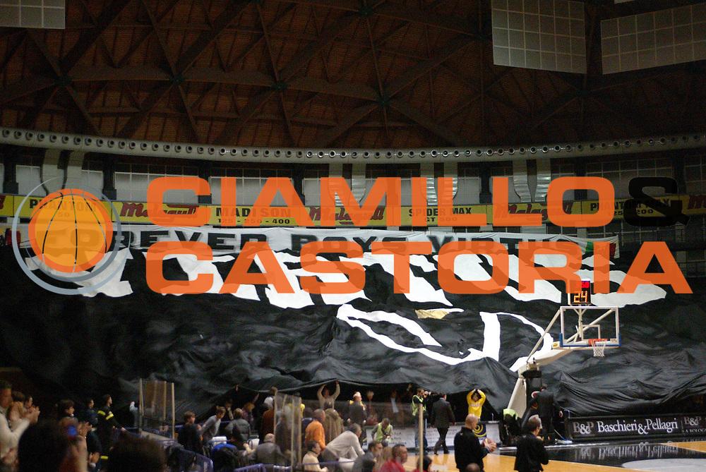 DESCRIZIONE : BOLOGNA CAMPIONATO LEGA A2 2004-2005 <br /> GIOCATORE : TIFOSI <br /> SQUADRA : CAFFE MAXIM VIRTUS BOLOGNA <br /> EVENTO : CAMPIONATO LEGA A2 2004-2005 <br /> GARA : CAFFE MAXIM VIRTUS BOLOGNA-PEPSI CASERTA <br /> DATA : 16/01/2005 <br /> CATEGORIA : Tifo <br /> SPORT : Pallacanestro <br /> AUTORE : Agenzia Ciamillo-Castoria/G.Livaldi