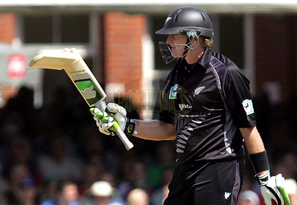 Photo © ANDREW FOSKER / SECONDS LEFT IMAGES 2008  -  Scott Styris picks up and examines Brendon McCullum 's broken bat - Tim Ambrose is right - England v New Zealand Black Caps - 5th ODI - Lord's Cricket Ground - 28/06/08 - London -  UK - All rights reserved