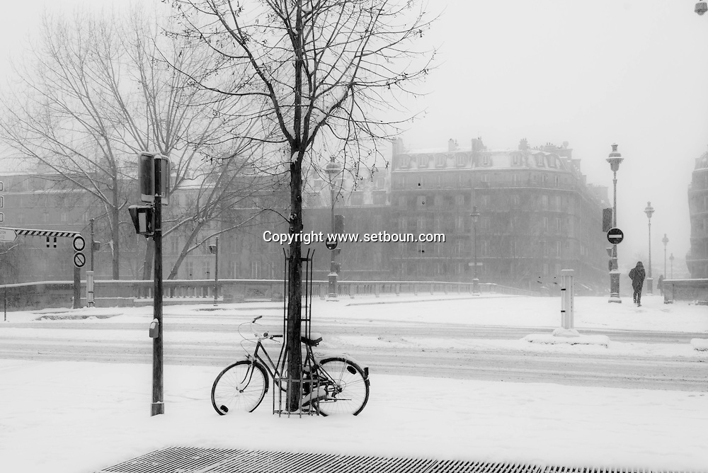 France. Paris 4th. Hotel de ville Quay . Paris under the snow / paris sous la neige en hiver