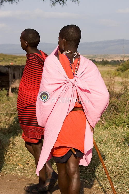 Maasai people, dressing traditional red clothes, in Kenya. Shúkà is the Maa word for sheets traditionally worn wrapped around the body. The Maasai are an indigenous African ethnic group of semi-nomadic people / Homens Masai no Quenia. Os Masai formam um grupo etnico africano de seminomades. Tradicionais vestes vermelhas, enrolada no corpo.