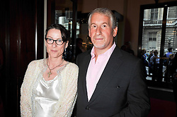 SIMON KELNER and his wife SALLY-ANN at the annual GQ Awards held at the Royal Opera House, Covent Garden, London on 8th September 2009.