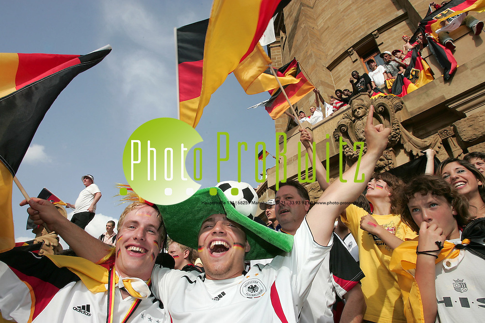 Mannheim. Wasserturm. FIFA Fussball Weltmeisterschaft 2006. Deutschland gewinnt 3:0 gegen Ecuador. Die Fans sind begeistert.<br /> Deutsche Gala gegen Ecuador<br /> <br /> Drittes Spiel, dritter Sieg: Die deutsche Nationalmannschaft zieht als Gruppensieger ins WM-Achtelfinale ein. Im Duell mit Ecuador zeigte Klinsmanns Team eine starke Leistung. Miroslav Klose konnte gleich zweimal jubeln, Lukas Podolski erzielte das dritte Tor.<br /> Bereits in der ersten H&auml;lfte machte der &uuml;berragend agierende Miroslav Klose zwei Tore (4./44.). Damit hat er in drei WM-Begegnungen bereits vier Treffer erzielt und die alleinige F&uuml;hrung in der Torj&auml;gerliste &uuml;bernommen. In der zweiten Halbzeit traf auch Lukas Podolski - es war sein erstes WM-Tor (57.). Im Achtelfinale trifft das deutsche Team am Samstag nun entweder auf England, Schweden oder Trinidad und Tobago. <br /> <br /> Bild: Markus Pro&szlig;witz<br /> ++++ Archivbilder und weitere Motive finden Sie auch in unserem OnlineArchiv. www.masterpress.org ++++