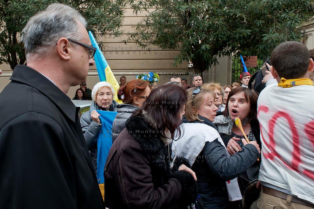 Roma 20 Febbraio 2014<br /> Manifestazione della comunit&agrave; ucraina davanti all' ambasciata dell'Ucraina  a Roma per le violenze contro i manifestanti anti-governativi  e contro la dittatura del presidente  Yanukovych. Una manifestante urla contro l'ambasciatore ucraino in Italia, Yevghen Perelygin, che &egrave; sceso sotto l'ambasciata  per incontrare cittadini ucraini.<br /> Rome 20 Febraury  2014<br /> Manifestation of the Ukrainian community in front of the 'Embassy of Ukraine in Rome for the violence against anti-government protesters and against the dictatorship of President Yanukovych. A demonstrator yells  against   the Ukrainian ambassador in Italy, Yevghen Perelygin, which fell below the embassy to meet with Ukrainian citizens